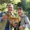 Fungo gigante a Bagnoli: Silvio e Gerardo lo mostrano come un trofeo
