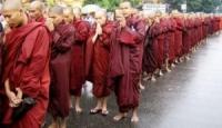 Il fuoco dei monaci tibetani nel buio del mondo